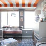 Camera bebe cu tavan in dungi si covor rustic