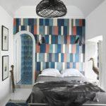 Dormitor alb negru cu perete de accent colorat