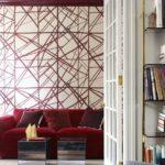 Living alb cu rosu cu perete in dungi decorative