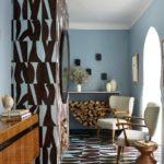 Living bleu amenajat cu gresie si faianta decorativa