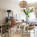 Living clasic cu taburet si lustra rotunda